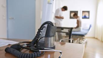Stethoskop und Blutdruckmessgerät in einer Hausarztpraxis (Archiv)