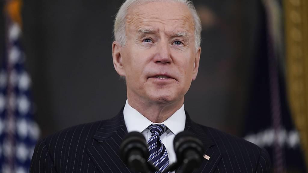 Joe Biden, Präsident der USA, hält eine Rede über Impfungen, im State Dining Room des Weißen Hauses. Foto: Evan Vucci/AP/dpa
