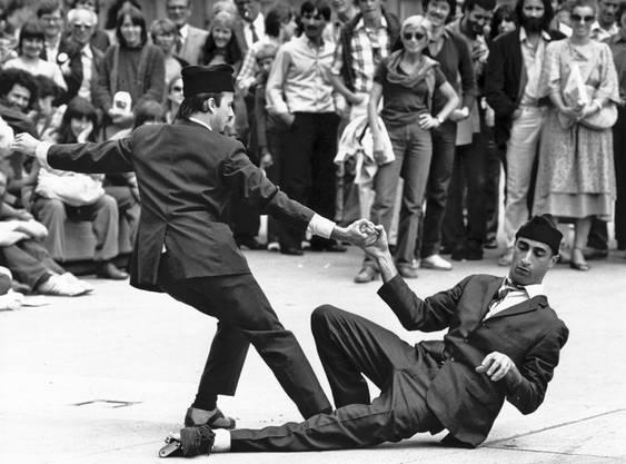 Der verstorbene Komödiant Farid Chopel (rechts) machte 1980 auf der Zürcher Gemüsebrücke Werbung fürs erste Theaterspektakel. Bild: Christian Altorfer