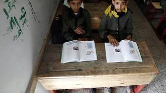 Zwei Knaben in einer Schule in Sanaa: Laut einer Umfrage von Save the Children haben im Kriegsland Jemen mehr als die Hälfte der Kinder mentale Probleme. (Themenbild)