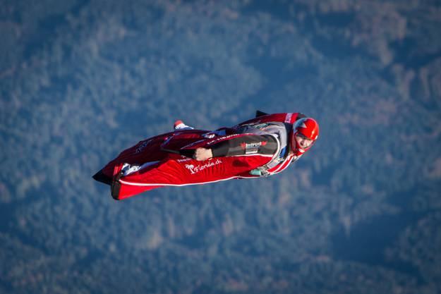 Remo Läng auf seinem Wingsuit-Flug über Grenchen