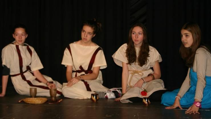 Schüler der Kanti Wettingen üben für den Theaterwettbewerb.LP