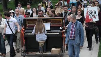 Die Demonstranten mit ihren Rollwagen auf den Prachtmeilen Moskaus