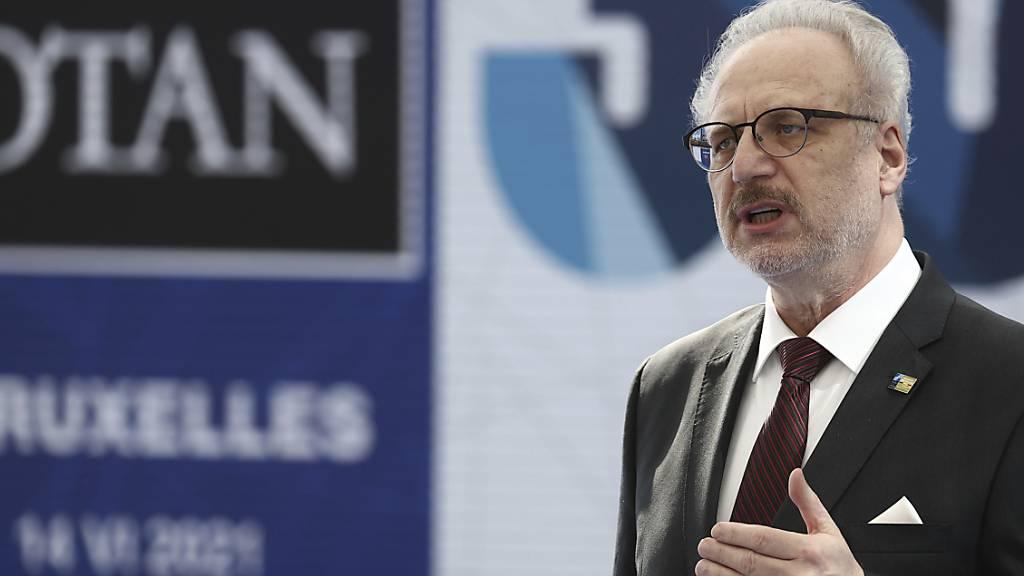 Lettlands Staatspräsident Egils Levits spricht bei einem NATO-Gipfel im Juni. Nach einem Arbeitsbesuch in Schweden wurde er positiv auf das Coronavirus getestet.