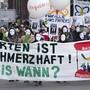 Rund hundert Demonstranten, darunter einige direkt Betroffene forderten am Donnerstag in Basel die Regularisierung des Aufenthaltsstatus von Sans-Papiers.