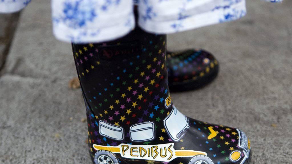 Mit dem Bus und doch zu Fuss zur Schule: Der Pedibus ist in der Deutschschweiz noch wenig verbreitet. (Archivbild)