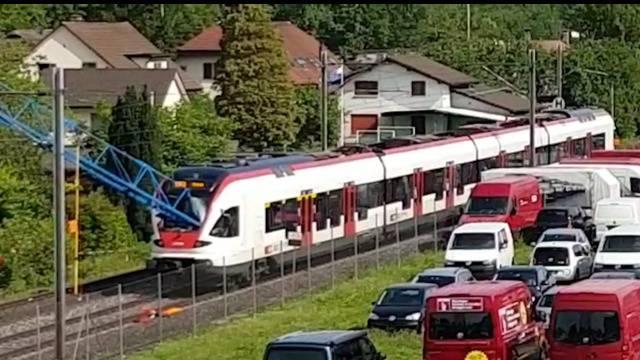 Schinznach-Bad: Baukran prallt in Zug