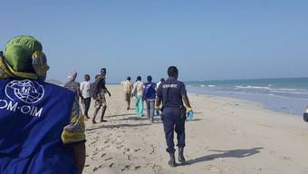 Vor der Küste Dschibutis sind zwei Boote mit mehr als 130 Flüchtlingen an Bord gekentert. Suche nach Überlebenden am Strand nahe Godoria im Nordosten des Landes.