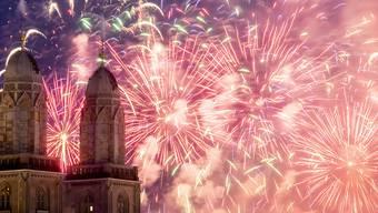 Erneut haben hunderttausende Menschen in Zürich das grösste Stadtfest der Schweiz, das Züri Fäscht, genossen. Aus der Sicht der Polizei verlief der Anlass auch in der Nacht auf Sonntag zumeist friedlich.