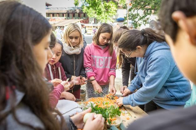 Der Mittelaltermarkt auf dem Schloss Lenzburg. Im Bild: Die Kinder arbeiten bei den Zähringer fleissig mit und schneiden Gemüse für eine Suppe.
