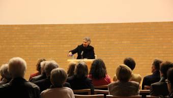 Susanna Schwager liest im Dietiker Stadthaus einem interessierten Publikum aus ihrem neuen Roman «Ida» vor.  moj