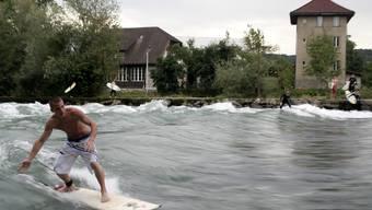 Für viele Wellenreiter ist das Surfen in Bremgarten das sommerliche Snowboarden.