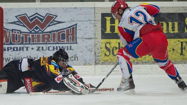 Zuchwils David Malicek prüft Brandis Goalie Marco Kunz.