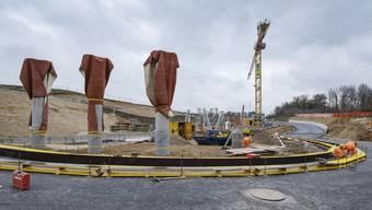 Für die neue Autostrassen-Brücke sind kürzlich die Pfeiler errichtet worden. Auch der unter der Brücke liegende Kreisel nimmt Formen an.