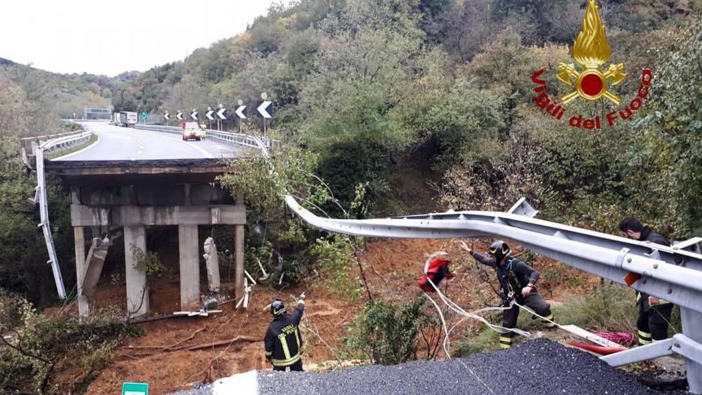 Autobahnbrücke stürzt nach Unwettern ein