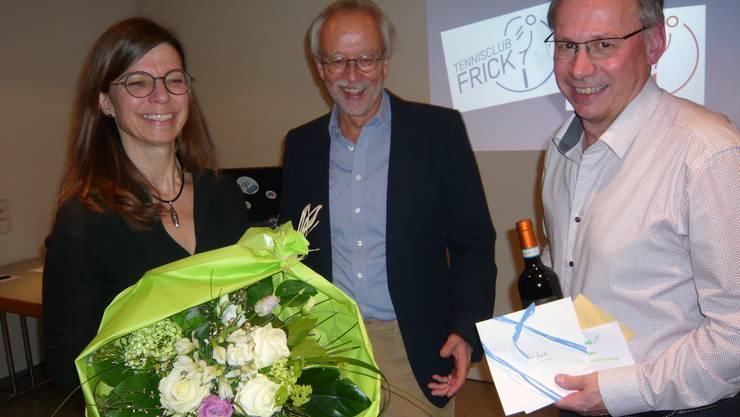 Präsident Massimo Fini (Mitte) ehrt Friederike Tinkl und Guido Bleuel für ihren erfolgreichen Einsatz.