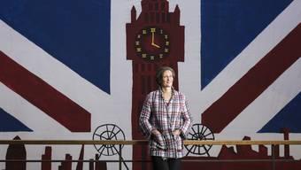 Eine Britin im Herzen der ETH Rektorin Sarah Springman vor einem Plakat, das Studenten für einen Ball gefertigt haben. Das Thema Grossbritannien.