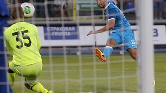 Zenits Roman Schirokow bezwingt Keeper Martin Hansen.