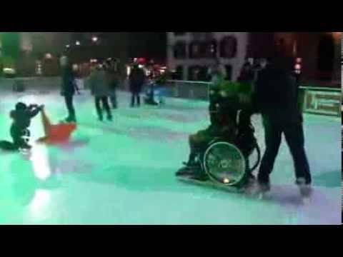 Auf dem Berner Bundesplatz: Mit dem Rollstuhl auf dem Eis