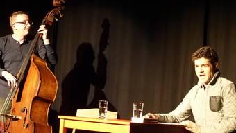 Der Autor Rhaban Straumann wird während seiner Lesung von Philipp Calizia auf dem Kontrabass begleitet.