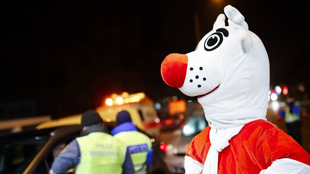 Dieses Jahr ist «Nez Rouge» nicht flächendeckend unterwegs: Das Maskottchen der Aktion wirbt in Genf für mehr Verkehrssicherheit. (Archivbild)