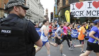 Bewaffnete Polizisten bewachen das Great Manchester Rennen nach dem Anschlag auf ein Konzert am 28. Mai. Seitdem sucht die Polizei nach möglichen Komplizen des Selbstmordattentäters. Doch nun schliesst sie auch einen Alleingang des Attentäters nicht mehr aus.