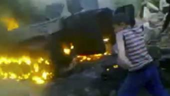 Ein syrischer Panzer brennt auf diesem Amateur-Video-Bild (Archiv)