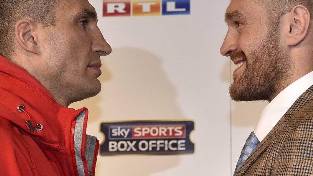 Wladimir Klitschko (links) möchte in Düsseldorf seinen WM-Gürtel gegen den Briten Tyson Fury (rechts) verteidigen