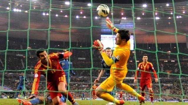 Die Entscheidung in Paris: Pedro (Nummer 11) erzielt das goldene Tor für Spanien.