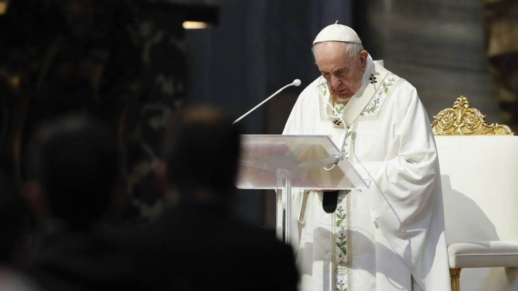 Papst Franziskus bei einer Feier der Heilige Messe im Vatikan. Foto: Remo Casilli/Reuters Pool/dpa