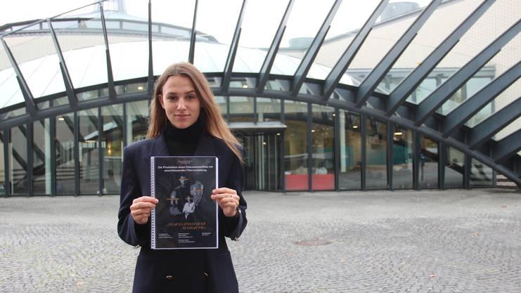 Daniela Wildi zeigt ihre Arbeit.