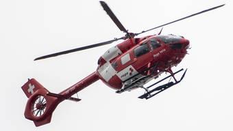 Die Rega flog die schwer verletzte Frau in ein ausserkantonales Spital. (Archivbild)
