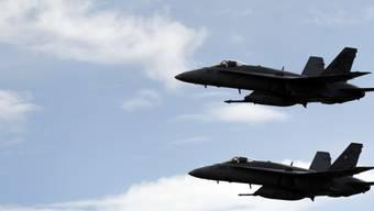 """Die F/A-18-Kampfflugzeuge sollen zu """"Bombern"""" aufgerüstet werden: Die Sicherheitspolitische Kommission des Nationalrates will sie erdkampftauglich machen und dafür 20 Millionen Franken ausgeben. (Archivbild)"""