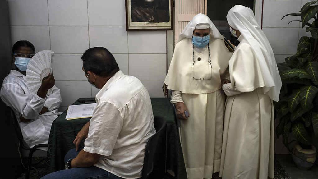 In Havana verlassen zwei Nonnen ein Impfzentrum, nachdem ihnen eine Dosis des kubanischen Corona-Impfstoffs Abdala verabreicht wurde. Foto: Ramon Espinosa/AP/dpa