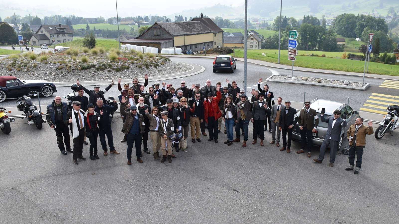 Ein Gruppenfoto vom letztjährigen Gentleman's Ride. (© Städler Motos AG)