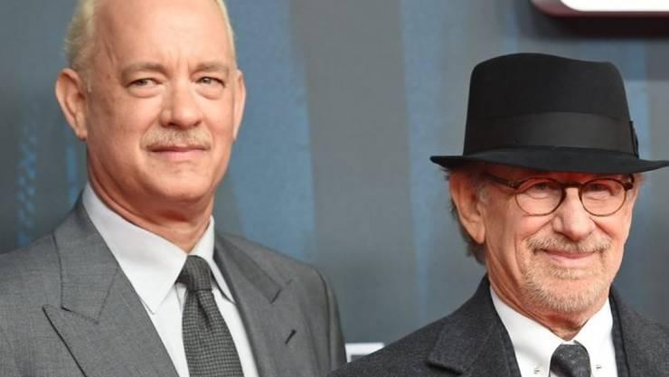 """""""Bridge of Spies""""-Regisseur Steven Spielberg (r) und sein Hauptdarsteller Tom Hanks (l) liessen sich von Bundeskanzlerin Merkel den Mauerfall erklären (Archiv)."""
