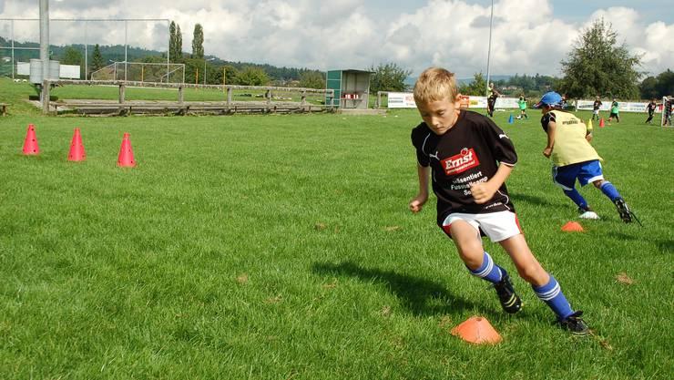 Der Fussball gehört zu den Lieblingssportarten der Jugendlichen (Archivbild).