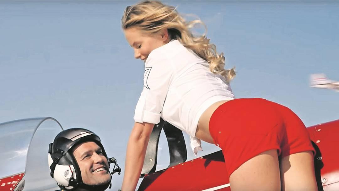 Heroisierte Piloten und Frauen als Sexobjekte: Die Breitling-Werbung, die in Flugzeugen der Swiss läuft, kommt bei Fachleuten schlecht weg.