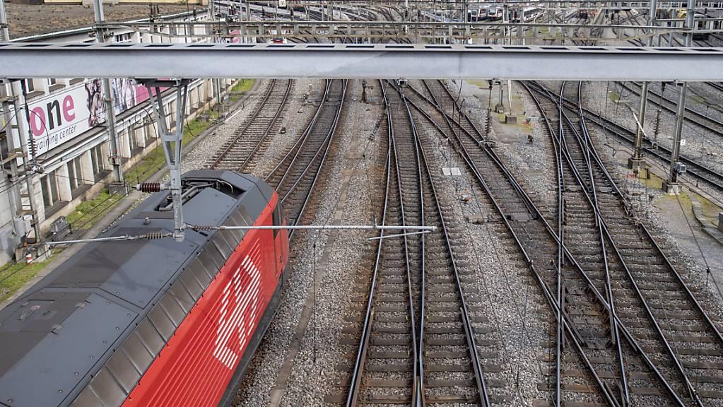 Die Bahnhofseinfahrt in Luzern. Auf der Strecke Richtung Olten SO kam es am Morgen wegen Bauarbeiten zu Verspätungen. (Archivaufnahme)