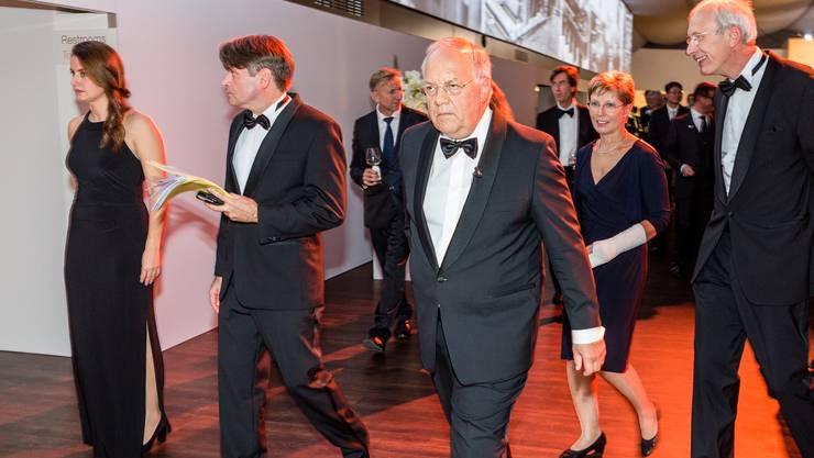 Bundesrat Johann Schneider-Ammann bringt dem ABB-CEO Ulrich Spiesshofer den Schweizer Pass.