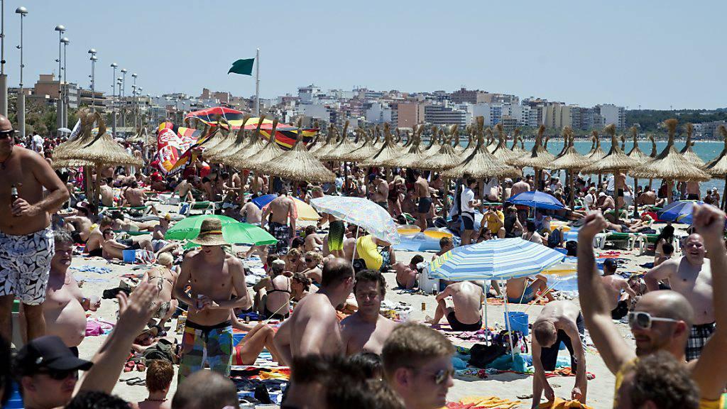 Die EU hat sich positiv für die Durchführung von Ferienreisen im Sommer gezeigt - volle Strände, wie etwa in Mallorca, darf es aufgrund der Coronavirus-Pandemie allerdings nicht geben. (Archivbild)