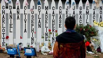 Über tausend Menschen gedenken der Opfer des Massakers von Newtown
