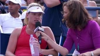 Coco Vandeweghe gibt zwischen zwei Sätzen Moderatorin Pam Shiver von ESPN ein Interview - das erste in der Tennisgeschichte.