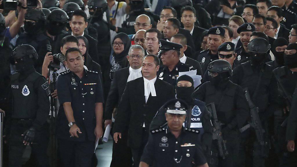 Die Flughafenbegehung verlief in chaotischer Atmosphäre. Dabei waren der Richter (Bildmitte mit Brille), dutzende Journalisten sowie die zwei angeklagten Frauen.