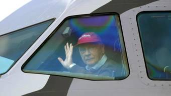 Niki Lauda im Cockpit: Der ehemalige Rennfahrer betreibt mit Laudamotion eine neue Airline, die auch in die Schweiz fliegt. (Archiv)