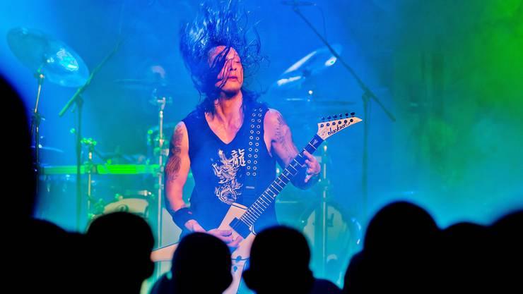 Heavy-X-Mas-Metal-Festival in der Stadthalle Dietikon: Der Gitarrist der Thrash-Metal-Gruppe Death Angel gibt alles.  Foto: Emanuel Per Freudiger