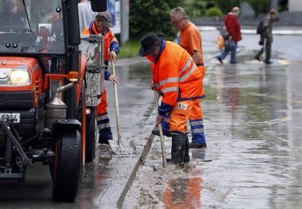 Gemeinde Arbeiter säubern am Freitag 8. Juni 2012 in der Stadt Luzern eine Hauptstrasse