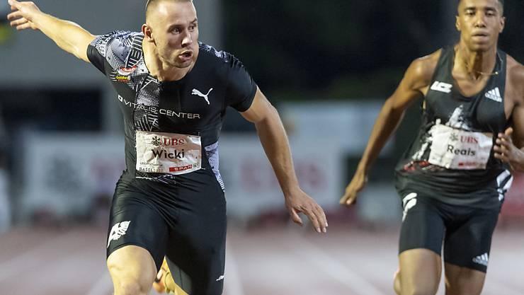 Silvan Wicki hechtet mit Blick auf die Uhr durchs Ziel.