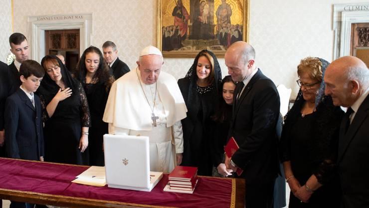 Der durch die Krise um den Mord an der Journalistin Daphne Caruana Galizia politisch angeschlagene maltesische Regierungschef Joseph Muscat erschien zur Privataudienz beim Papst in Begleitung seiner Frau und anderer Verwandter.