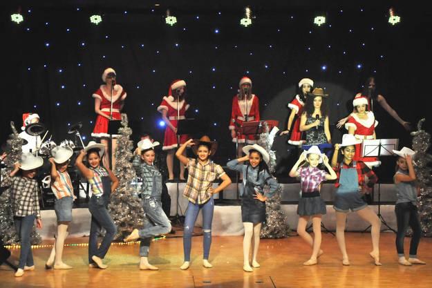 Witzig choreografiert fügte sich tänzerische Anmut mit gesanglicher Leidenschaft zu einem harmonischen Bild zusammen.